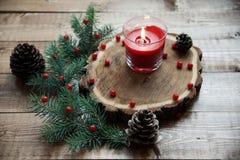 επιτραπέζιο τύλιγμα διακοσμήσεων Χριστουγέννων κεριών στοκ εικόνα
