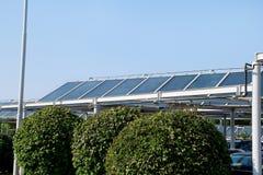 επιτροπές ηλιακές Ένα ηλιακό πλαίσιο και εγκαταστάσεις παραγωγής ενέργειας που εγκαθίστανται πάνω από έναν χώρο στάθμευσης Στοκ Φωτογραφία