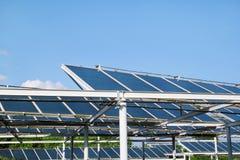 επιτροπές ηλιακές Ένα ηλιακό πλαίσιο και εγκαταστάσεις παραγωγής ενέργειας που εγκαθίστανται πάνω από έναν χώρο στάθμευσης Στοκ Εικόνες