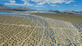 επιτροπές ηλιακές Η ηλιακή ενέργεια μια εναλλακτική πηγή της ενέργειας είναι ηλιακά πλαίσια Στοκ φωτογραφία με δικαίωμα ελεύθερης χρήσης