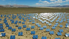 επιτροπές ηλιακές Η ηλιακή ενέργεια μια εναλλακτική πηγή της ενέργειας είναι ηλιακά πλαίσια Στοκ Φωτογραφία