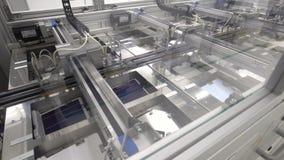 Επιτροπές ηλιακών κυττάρων προϊόντων εργοστασίων Γραμμή μεταφορέων μπαταριών ήλιων Φορητή κίνηση απόθεμα βίντεο