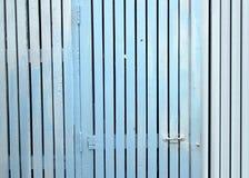 Επιτροπές πορτών και ένας λευκός φράκτης στύλων με την μπλε ή ξύλινη σύσταση Στοκ Εικόνες