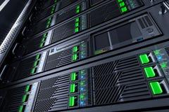 Επιτροπές ραφιών κεντρικών υπολογιστών στο κέντρο δεδομένων Στοκ Φωτογραφίες