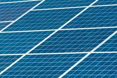επιτροπή ηλιακή Εγκαταστάσεις παραγωγής ενέργειας που χρησιμοποιούν την ανανεώσιμη ηλιακή ενέργεια με τον ήλιο Στοκ φωτογραφίες με δικαίωμα ελεύθερης χρήσης
