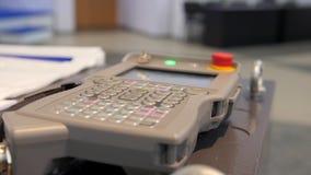 Επιτροπή διαχείρισης συστήματος - βιομηχανικός τηλεχειρισμός για το βραχίονα ρομπότ συγκόλλησης απόθεμα βίντεο