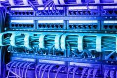 Επιτροπή δικτύων, μετάβαση και καλώδιο Διαδικτύου στο κέντρο δεδομένων Μαύρος διακόπτης και μπλε καλώδια ethernet, έννοια κέντρων Στοκ Εικόνες