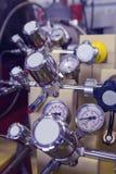 Επιτροπή μανόμετρων στο πυρηνικό εργαστήριο, βιομηχανικό μπλε που τονίζεται Στοκ Εικόνες