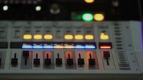 Επιτροπή με τα εξογκώματα αναμικτών και τα κουμπιά φωτισμού στον υγιή εξοπλισμό, ηλεκτρονική φιλμ μικρού μήκους