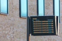 Επιτροπή πληροφοριών με τους ολλανδικούς χρόνους αναχώρησης λεωφορείων Στοκ εικόνες με δικαίωμα ελεύθερης χρήσης