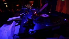 Επιτροπή του DJ στο νυχτερινό κέντρο διασκέδασης Μπλε χρώμα απόθεμα βίντεο