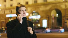 Επιτυχές άτομο που μιλά σε ένα τηλέφωνο κυττάρων απόθεμα βίντεο