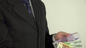Επιτυχές άτομο πωλητών στα ευρο- τραπεζογραμμάτια χρημάτων αρίθμησης κοστουμιών 4K απόθεμα βίντεο