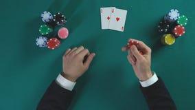 Επιτυχές αποκτημένο φορέας ζευγάρι πόκερ των άσσων, επιχειρηματίας που κάνει τη στρατηγική απόφαση απόθεμα βίντεο