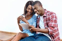 Επιτυχές αφρικανικό ζεύγος στοκ φωτογραφίες με δικαίωμα ελεύθερης χρήσης