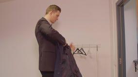 Επιτυχές επιχειρησιακό άτομο που βάζει το παλτό και και που αφήνει το επιχειρησιακό γραφείο φιλμ μικρού μήκους