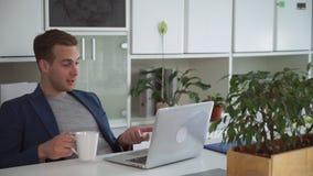 Επιτυχές επιχειρησιακό άτομο που χρησιμοποιεί app για την τηλεδιάσκεψη με το συνεργάτη απόθεμα βίντεο