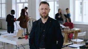 Επιτυχές μεσαίο ηλικίας ευτυχές ευρωπαϊκό αρσενικό εταιρικό στέλεχος CEO στο επίσημο κοστούμι που χαμογελά στη κάμερα στο σύγχρον απόθεμα βίντεο