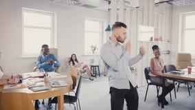 Επιτυχές νέο επίτευγμα εορτασμού επιχειρηματιών με τον τρελλό περίπατο χορού Ευτυχές όμορφο αρσενικό CEO στο σύγχρονο γραφείο 4K φιλμ μικρού μήκους