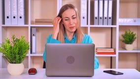 Επιτυχές να κουβεντιάσει επιχειρηματιών που κοιτάζει στον υπολογιστή οθόνης απόθεμα βίντεο