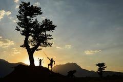 Επιτυχές ταξίδι φύσης πατέρων και γιων στοκ εικόνες