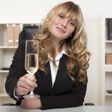 Επιτυχές ψήσιμο επιχειρηματιών με CHAMPAGNE Στοκ φωτογραφία με δικαίωμα ελεύθερης χρήσης