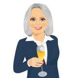 Επιτυχές ψήσιμο επιχειρηματιών χαμόγελου ανώτερο με ένα ποτήρι της σαμπάνιας Στοκ Εικόνες