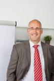 Επιτυχές businessmann που υπερασπίζεται το flipchart Στοκ φωτογραφία με δικαίωμα ελεύθερης χρήσης