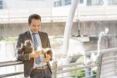 Επιτυχής έννοια εμπόρων: η ευτυχής επένδυση επιχειρηματιών, αυξάνεται το μ στοκ φωτογραφία με δικαίωμα ελεύθερης χρήσης