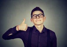 επιτυχής έφηβος Άτομο Nerdy που δίνει τους αντίχειρες επάνω στο σημάδι χειρονομίας χεριών Στοκ Εικόνες