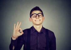 Επιτυχής έφηβος με το εντάξει σημάδι Στοκ φωτογραφία με δικαίωμα ελεύθερης χρήσης