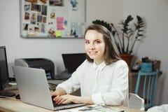 Επιτυχής ανεξάρτητη εργασία στιλίστων στον υπολογιστή, ελκυστικό χαμογελώντας θηλυκό στοκ φωτογραφίες