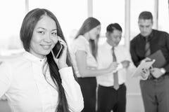Επιτυχής ασιατική επιχειρηματίας που χρησιμοποιεί το κινητό τηλέφωνο Στοκ Εικόνες