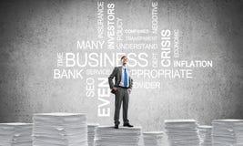 Επιτυχής βέβαιος επιχειρηματίας στο κοστούμι ελεύθερη απεικόνιση δικαιώματος