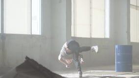 Επιτυχής βέβαιος νέος χορευτής χιπ-χοπ οδών που αποδίδει στην ομίχλη Πολιτισμός χιπ χοπ πρόβα σύγχρονος απόθεμα βίντεο