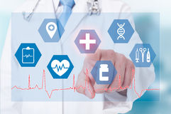 Επιτυχής γιατρός που εργάζεται με το σύγχρονο ιατρικό και ico υγειονομικής περίθαλψης στοκ εικόνες