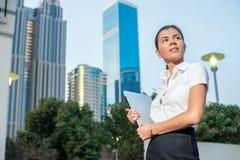 επιτυχής γυναίκα Βέβαια επιχειρηματίας που στέκεται σε μια οδό ι Στοκ Φωτογραφία