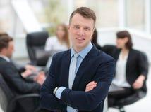 Επιτυχής διευθυντής στο υπόβαθρο της επιχειρησιακής ομάδας Στοκ φωτογραφίες με δικαίωμα ελεύθερης χρήσης