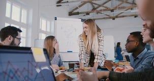 Επιτυχής ελκυστική καυκάσια επιχειρηματίας που οδηγεί τους δημιουργι απόθεμα βίντεο