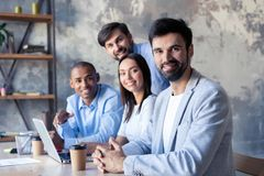 Επιτυχής επιχείρηση με τους ευτυχείς εργαζομένους στο σύγχρονο γραφείο στοκ εικόνες