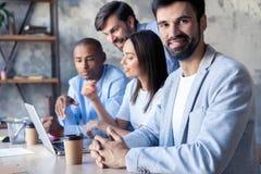 Επιτυχής επιχείρηση με τους ευτυχείς εργαζομένους στο σύγχρονο γραφείο στοκ εικόνα