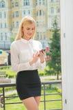 Επιτυχής επιχειρηματίας ή επιχειρηματίας που μιλά στο κινητό τηλέφωνο επάνω Στοκ Φωτογραφία