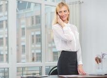Επιτυχής επιχειρηματίας ή επιχειρηματίας που μιλά στο κινητό τηλέφωνο W Στοκ Εικόνα