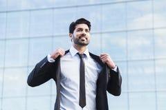 Επιτυχής επιχειρηματίας ή εργαζόμενος που στέκεται στο κοστούμι και που ισιώνει το σακάκι Στοκ φωτογραφία με δικαίωμα ελεύθερης χρήσης