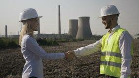 Επιτυχής επιχειρηματίας και όμορφα χέρια τινάγματος μηχανικών που συμφωνούν με τη διαπραγμάτευση προγράμματος στην πετρελαιοφόρο  απόθεμα βίντεο