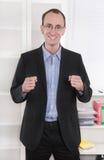 Επιτυχής επιχειρηματίας με το κοστούμι και τις κλειστές πυγμές που χαμογελά μακριά Στοκ φωτογραφία με δικαίωμα ελεύθερης χρήσης