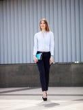 Επιτυχής επιχειρηματίας με το σημειωματάριο περπατώντας υπαίθριος Εργασία επιχειρησιακών γυναικών πόλεων Στοκ φωτογραφία με δικαίωμα ελεύθερης χρήσης