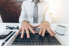 Επιτυχής επιχειρηματίας που εργάζεται στο γραφείο του στοκ φωτογραφίες με δικαίωμα ελεύθερης χρήσης