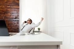 Επιτυχής επιχειρηματίας που εργάζεται στο γραφείο του στοκ φωτογραφία