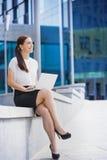 Επιτυχής επιχειρηματίας που εργάζεται στο lap-top στοκ φωτογραφία